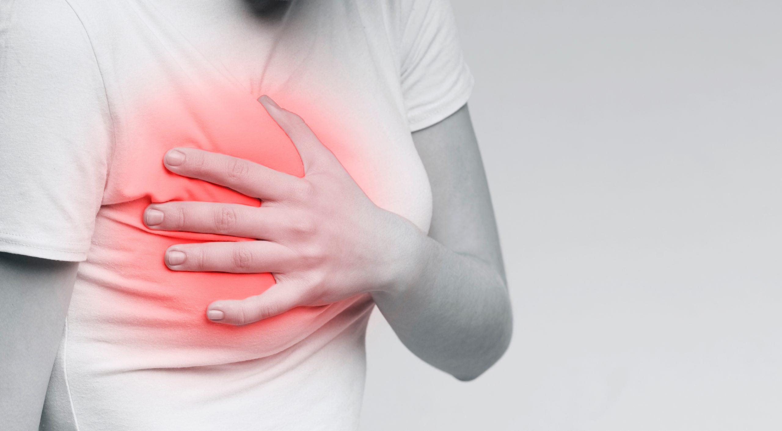 боли и уплотнения в груди - первые признаки мастита